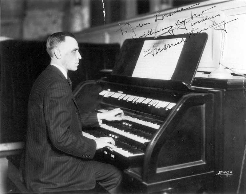 Frederick Kinsley at the Midmer-Losh Organ (1924) in the New York Hippodrome - New York City (photo: U.S. Dept. of the Interior)