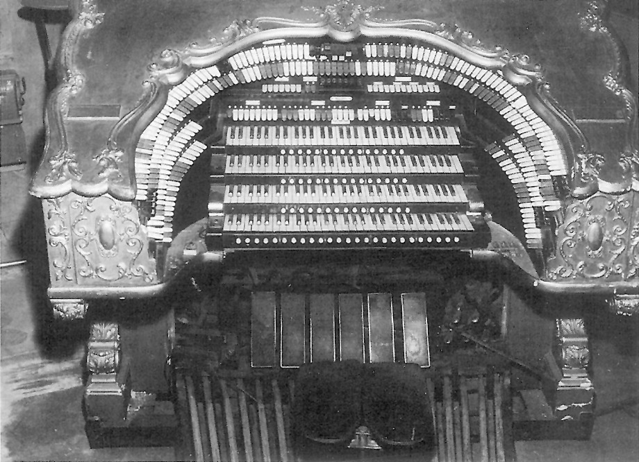 Console of Wurlitzer Organ, Op. 1458 in the Paramount Theatre - New York City
