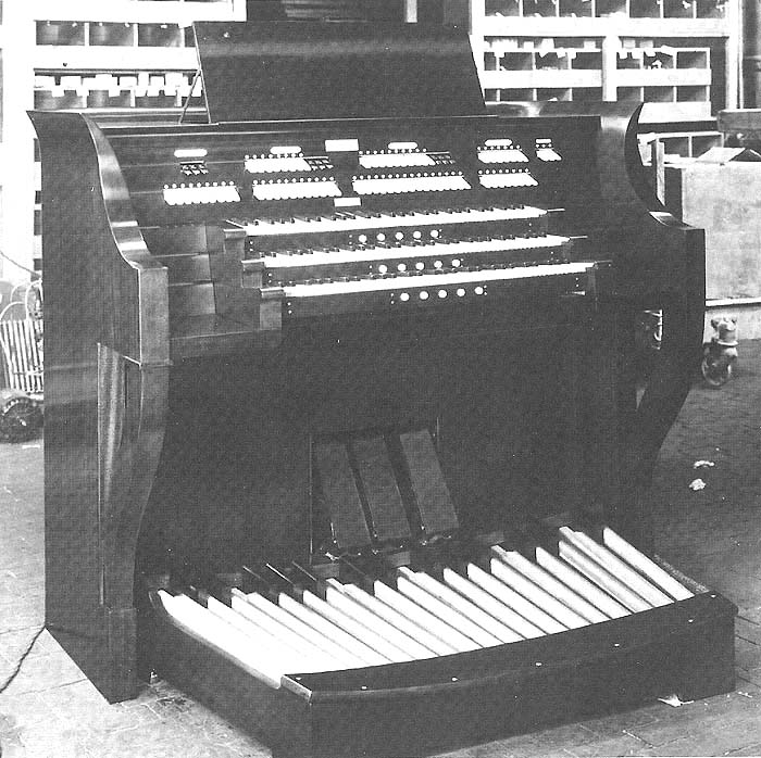 Console of the Wurlitzer Organ, Op. 2185 (1934) in the Radio City Rainbow Room (Rockefeller Center) - New York City (photo: courtesy Jeff Weiler)