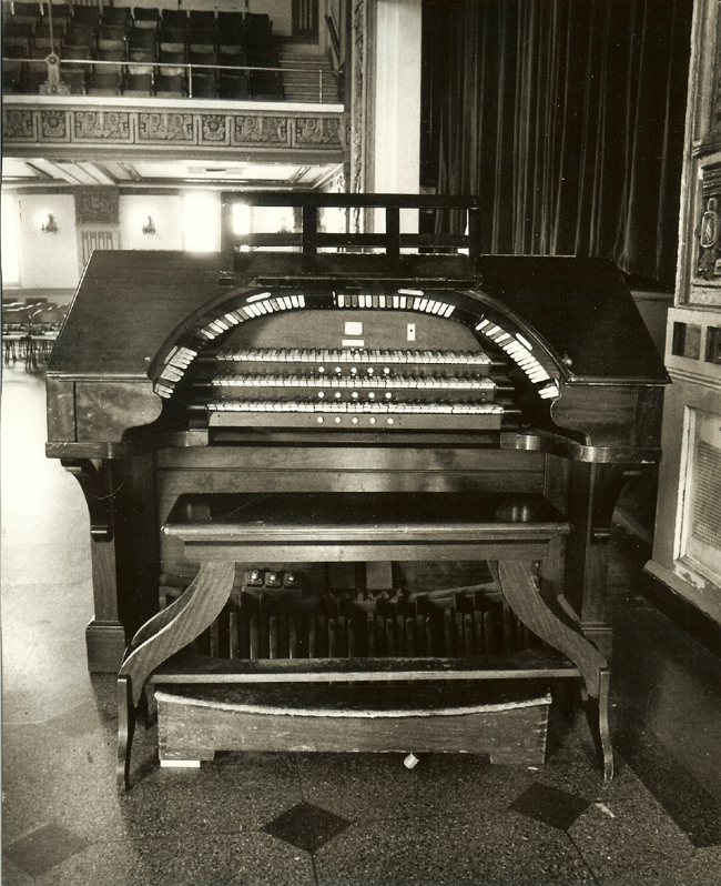 Console of Wurlitzer Organ, Op. 940 (1924) in the Queensboro Elks Lodge - Elmhurst, N.Y. (credit: AJWB Collection)