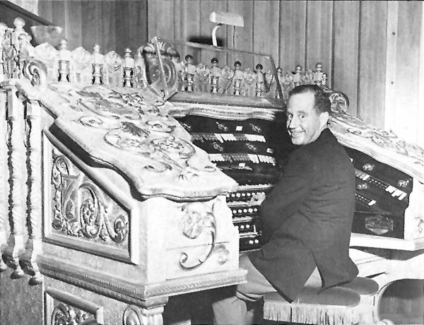 Ben Hall at the Robert-Morton console originally in the Valencia Theatre (1928) - Jamaica (Queens), N.Y. (photo: David Junchen)