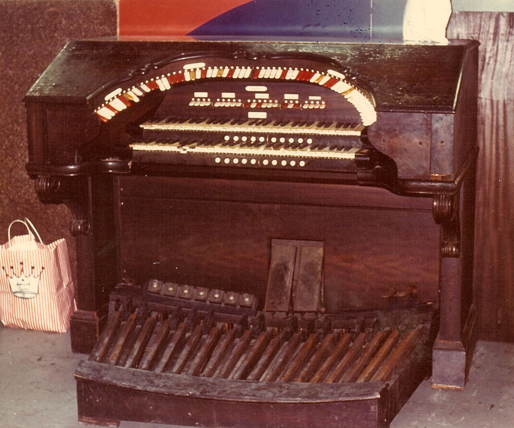 Console of Wurlitzer Organ, Op. 1607 (1927) for the Oasis Theatre - Glendale (Queens), N.Y. (credit: AJWB Collection)